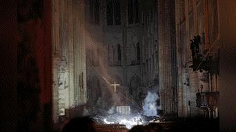 Voraz incendio destruyó el techo y la emblemática aguja de la centenaria catedral de Notre Dame