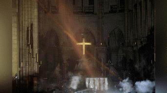 Los escombros del techo de la catedral de Notre Dame cayeron en la zona del altar. Foto: AFP