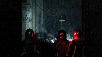 Notre Dame consiguió escapar indemne a las dos guerras mundiales, pero un incendio voraz redujo a cenizas su emblemática aguja y  techo. Foto: Efe