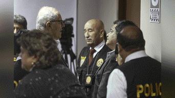 El expresidente Pedro Pablo Kuczynski dialoga con su chofer José Luis Bernaola Foto: Michael Ramón
