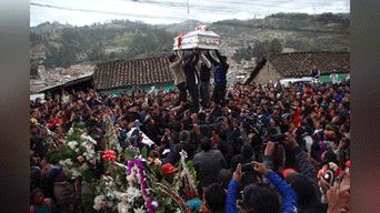 Toda la población acompaño a las niñas asesinadas.  Foto: Melissa Valdivia