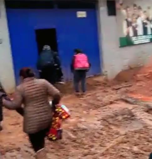 Escolares en peligro al cruzar vías llenas de barro [VIDEO]