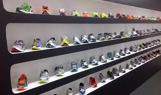 37d233b11b4 Estas son las razones por las que las zapatillas Nike y Adidas tienen un  precio muy elevado