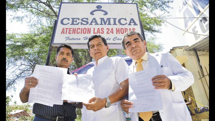 Desde la izquierda, los doctores Rogelio Del Carmen, Hernando Ceballos y Arturo Seminario, con documentos oficiales que ordenan las esterilizaciones
