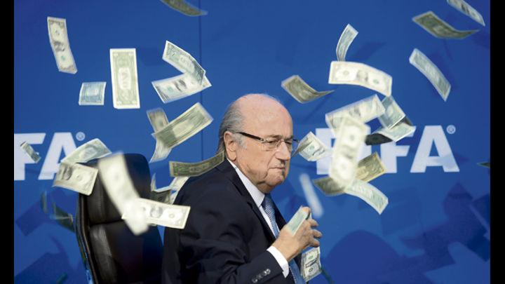 Le cae. A mediados de año, le arrojaron dinero a Blatter en Zúrich. Luego sería sancionado