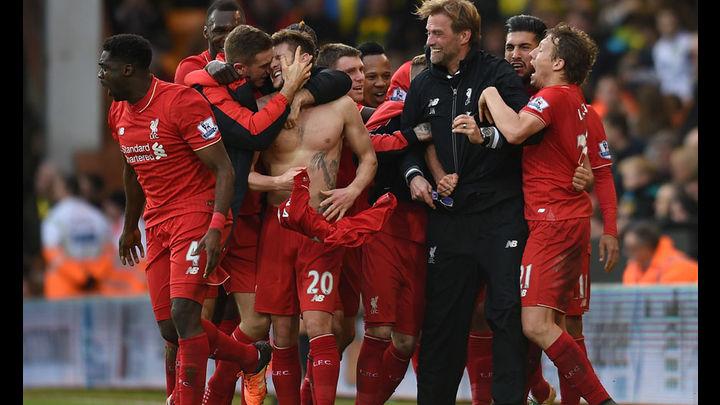 Jürgen Klopp y sus dirigidos se abrazan y destan la euforia en el Estadio. Foto: AP