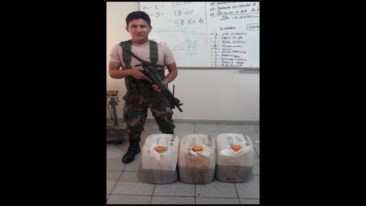 La droga estaba oculta en tres galoneras.