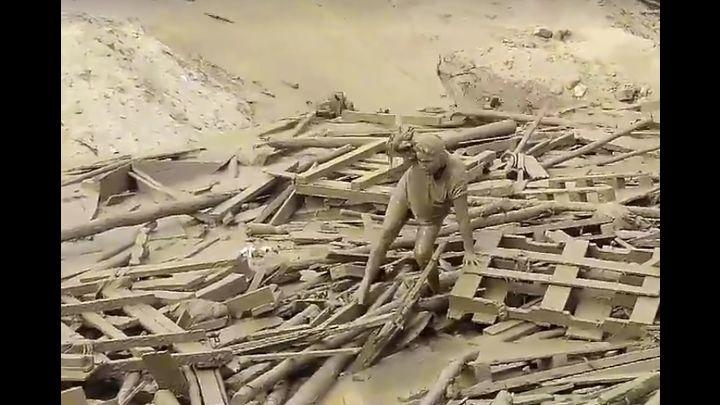 Valiente madre salió entre los escombros que arrastraba el huaico y logró sobrevivir.