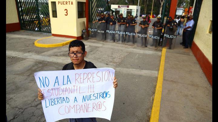 Pese a la intervención policial algunos manifestantes permanecen en la universidad.