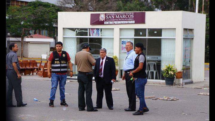 El rector Orestes Cachay supervisó el reinicio de las clases.