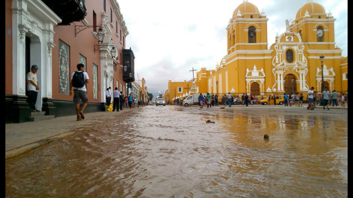 El agua alcanzó la Plaza de Armas de esta ciudad