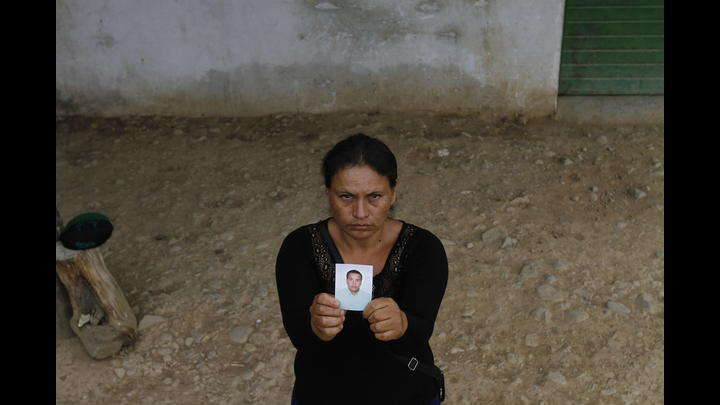 Flor Vallejos Rodas muestra una foto de su esposo asesinado.