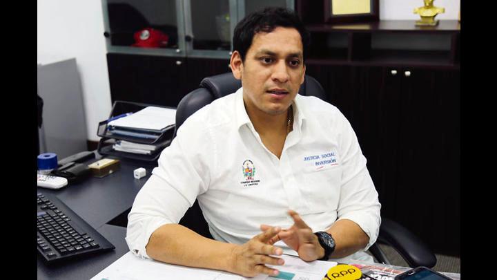 Gobernadores. Luis Valdez y Humberto Acuña reclaman un sector más ágil para ejecutar obras.
