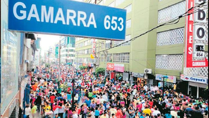 Caos en calles. El emporio comercial de Gamarra sigue repleta de ambulantes. A ellos se les cobraba cupos, denuncian.