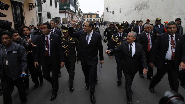 Vizcarra recibió el apoyo de la ciudadanía durante su recorrido desde Palacio al Congreso de la República.