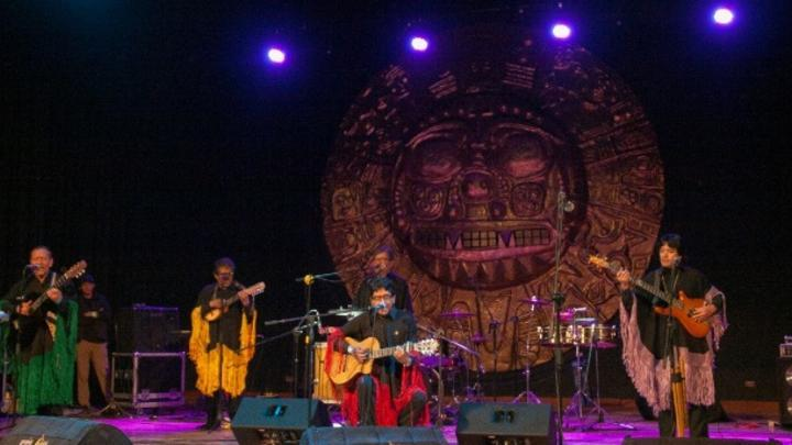 Arcoiris, conjunto de música Latinoamericana en el escenario. Foto: Jazmín Lezama Rivas.