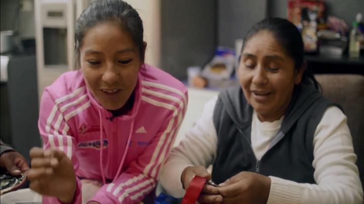 Momento íntimo de la atleta, contando sus medallas junto a su madre. Imagen del documental Prueba de fondo.