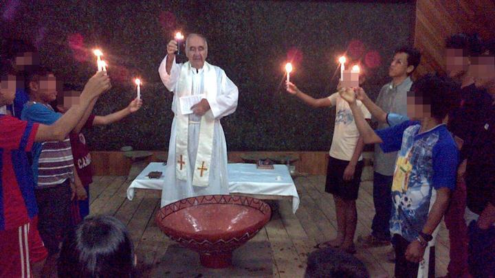 En homilía. El padre Carlos Riudavets Montes dedicó la mitad de su vida a formar y educar jóvenes de las comunidades nativas de Amazonas. Era muy querido.