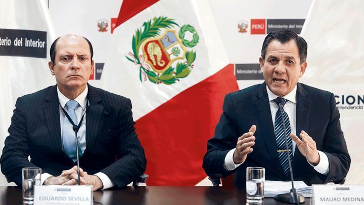 Autoridades. Ministro Medida y el jefe de migraciones.