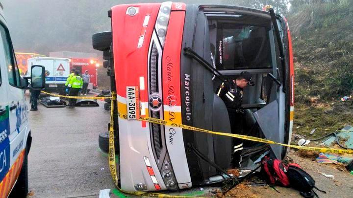 Bus interprovincial en Ecuador se vuelca en carretera. Foto: @bomberos_cuenca.