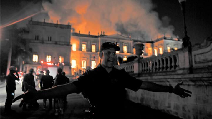 Desconcierto. La policía acordona el área del incendio. Las llamas avanzaron rápidamente por las instalaciones del hermoso Museo Nacional de Río.