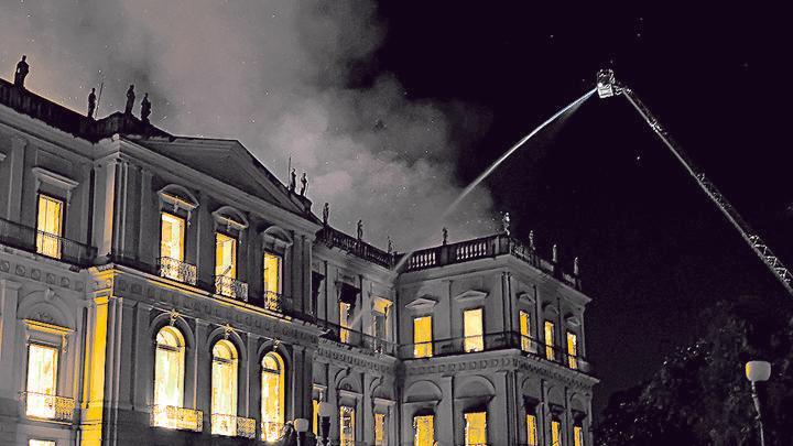 Labor. Los bomberos lucharon contra el fuego voraz, pero fue una tarea titánica.