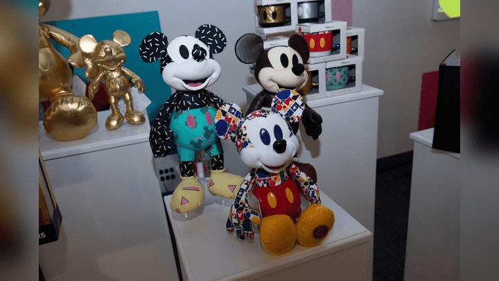 El ratón Mickey está celebrando sus 90 años con diseños exclusivos de sus peluches. Aquí en colores y pintas.