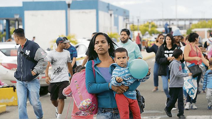 Éxodo. El flujo diario de migrantes venezolanos en Tumbes se redujo a mil por día. Los que no tienen pasaporte ingresan para tramitar su refugio.