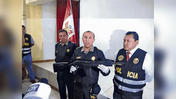 Evidencia. General Vallejos muestra arma hallada a sujeto.