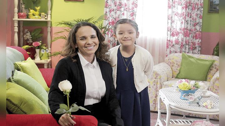 Instantánea de Elsa (Erika Villalobos) y la pequeña Esperanza (Alessia Lambruschini).