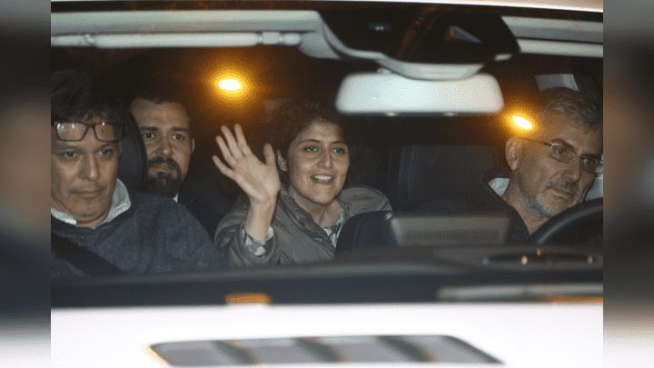 Muy Feliz. Al filo de las 10 de la noche salió Rosario Madueño del penal Ancón II.