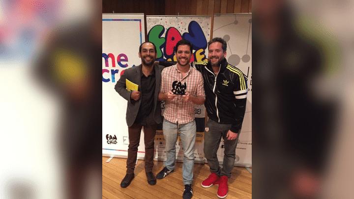 Los creadores de la serie junto al premio.