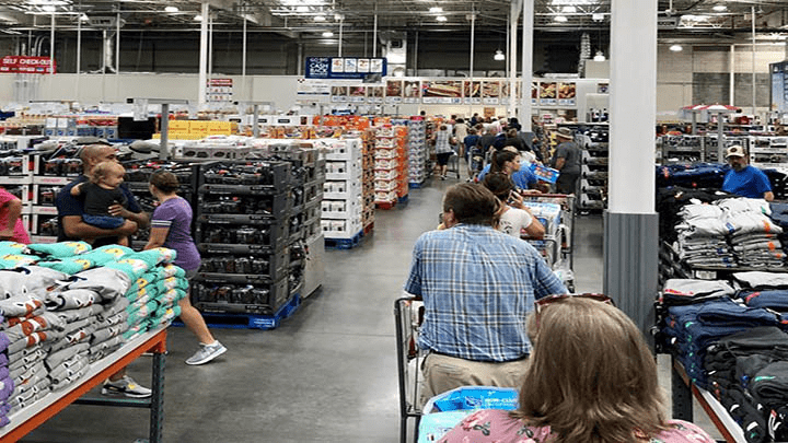 Los supermercados se hallan abarrotados ante la asistencia de los residentes que buscan estar preparados para la llegada del huracán Florence.