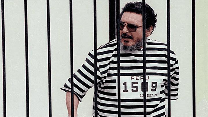Tras su captura, Abimael Guzmán fue presentado con un traje a rayas y dentro de una jaula.