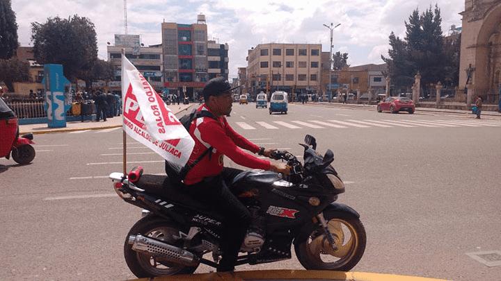 Reynaldo Rojas realiza su campaña solo y a bordo de su moto