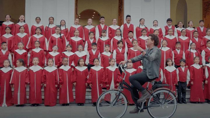 Carlos Vives junto al Coro Nacional de Niños del Perú. Foto: Captura YouTube.