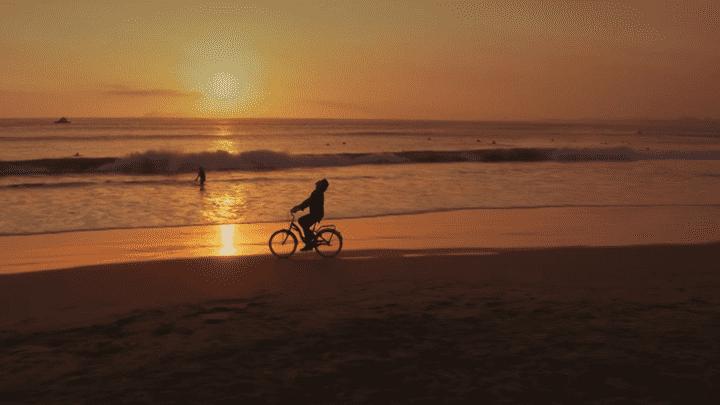 Carlos Vives también mostró las playas de Lima. Foto: Captura YouTube.