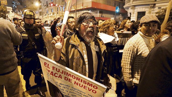 Salida. Ciudadanos y colectivos expresaron su rechazo a Chávarry en la Fiscalía.