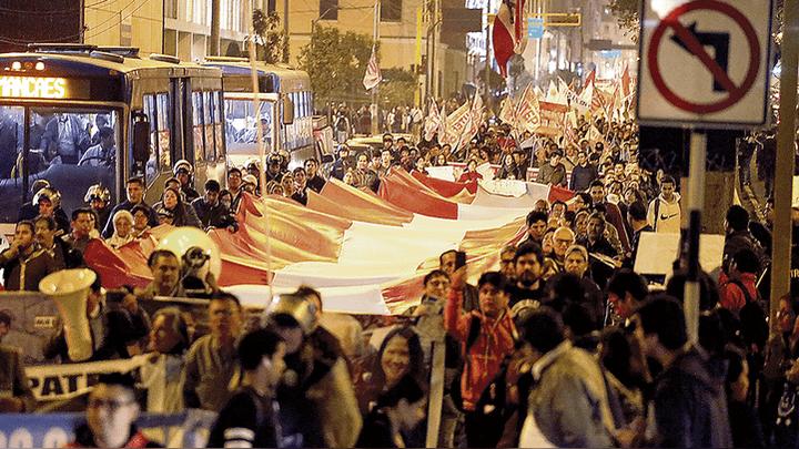 La movilización en Lima que exige la renuncia del fiscal Gonzalo Chávarry, se realizó 36 días después de que el Congreso recibió los proyectos de reforma para el referéndum. Foto: Renato Pajuelo