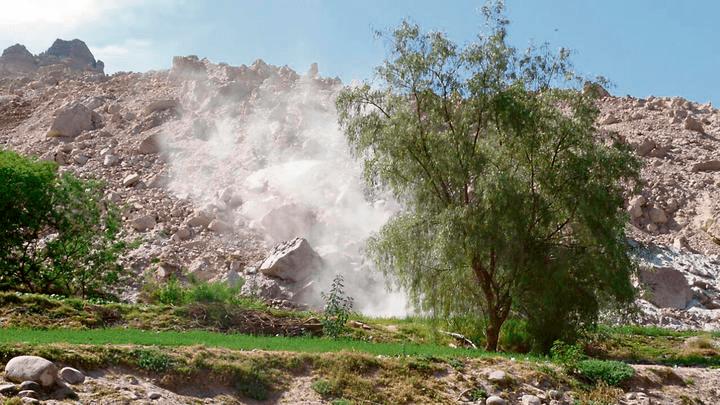 Deslizamiento de piedras bloqueó carreteras        Foto: Referencial