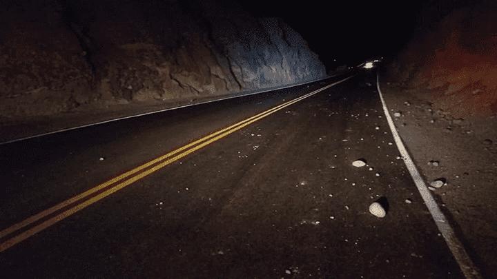 Algunas piedras pequeñas se deslizaron en la carretera Panamericana     Foto: Cortesía