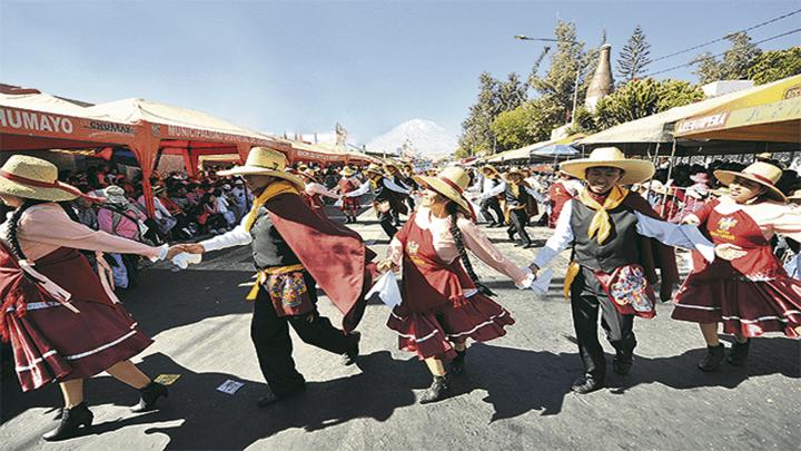 La Pampeña es un baile tradicional de Arequipa, se baila en el mes de aniversario