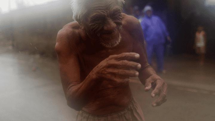 Anciano camina por las calles de Aparri mientras intenta huir del tifón Mangkhut.