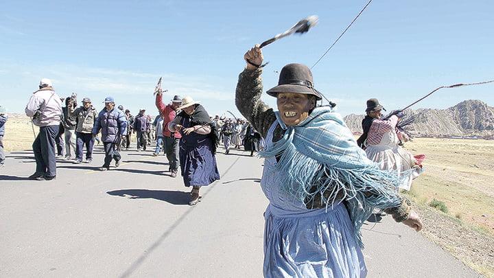 En 2011. Aimaras con hondas se enfrentaron a la Policía.