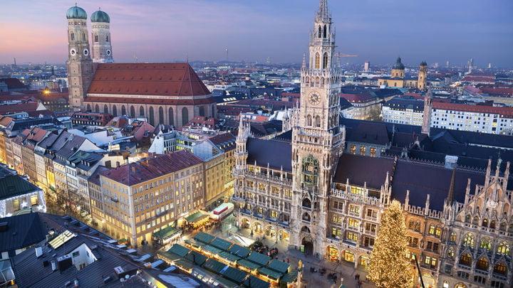 1 En Alemania de un empleado trabajó cerca de 1.363 horas en el año. Lo que quiere decir que, en una semana, podían laborar unas 26 horas.