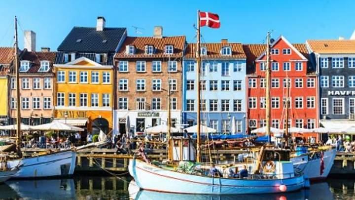 2 Los trabajadores en Dinamarca laboraron una media de 1.410 horas en el año, lo que se vería reflejado en una semana en 27 horas de servicios.
