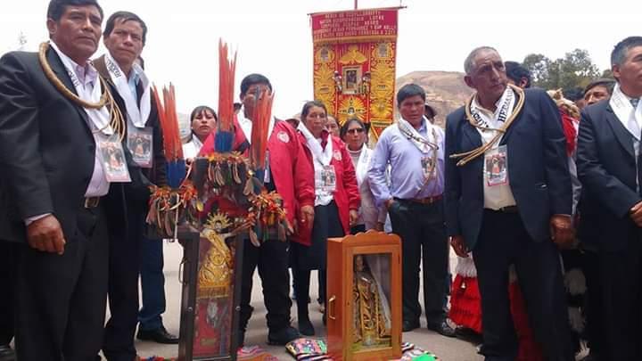 """El señor de Mahuayani, espera al """"Taytacha"""" en la entrada de Urcos. Foto: Jazmín Lezama."""