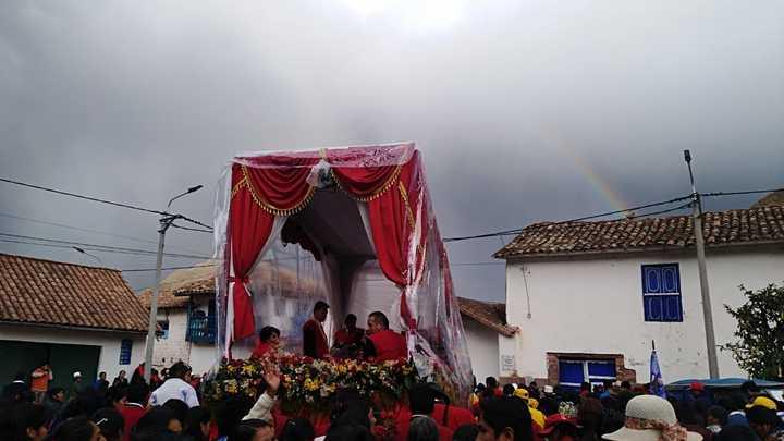 El señor de Los Temblores se retira de Urcos y en el cielo se abre un hermoso Arco Iris. Foto: Jazmín Lezama.