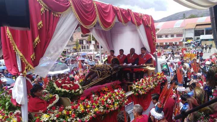 """El """"Taytacha"""" recibe el homenaje en Urcos, Qusipicanchi. Foto: Jazmín Lezama."""