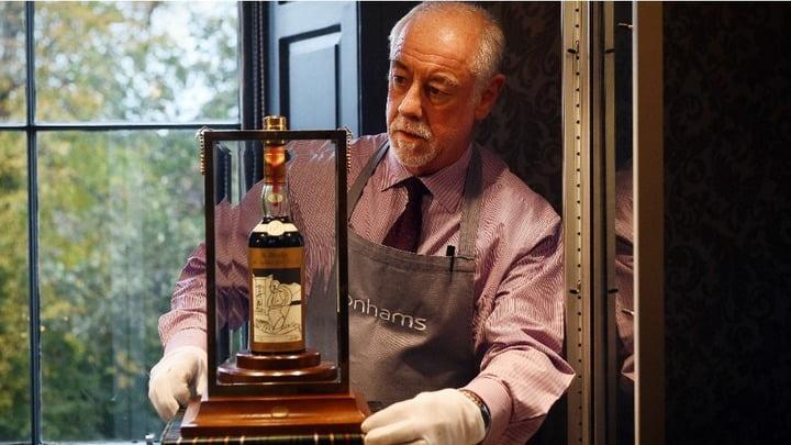 Esta es una botella Macallan Valerio Adami 1926 que se vendió también a alto precio, en una subasta en Edimburgo el 3 de octubre.